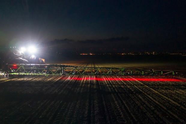 Dzięki oświetleniu LED, stosowanie technologii oprysku punktowego możliwe jest także w ciągu nocy fot. mat. prasowe