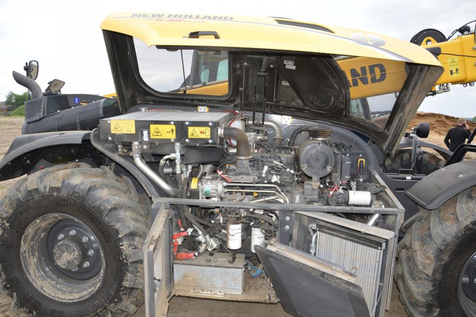 Komora silnika jest wyposażona w dwie klapy boczne. Po ich otwarciu jest bardzo dobry dostęp do całego silnika i przekładni. Zdjęcie: Wołosowicz