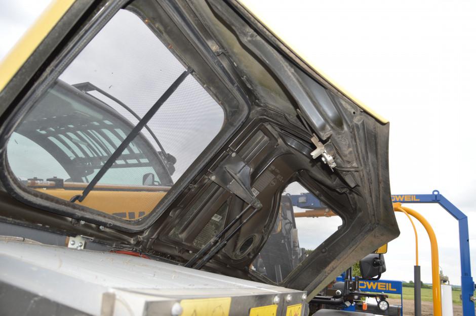 Klapa komory silnika zapewnia szczelność komory co zapobiega jej zanieczyszczeniu. Zdjęcie: Wołosowicz