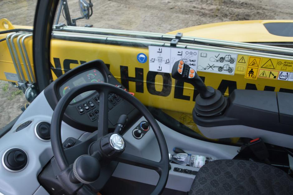 W joysticku znajdują się przyciski od sterowania przekładnią i zmiany kierunku jazdy. Zdjęcie: Wołosowicz