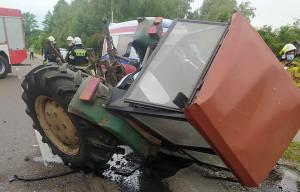 Rozpędzona ciężarówka staranowała skręcający na posesję ciągnik, Foto: OSP Cyców