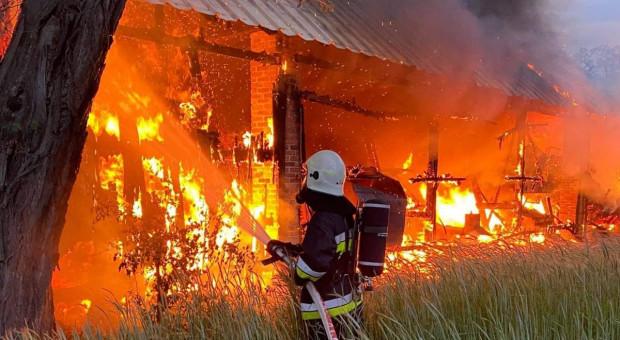 Policjanci i strażacy ratowali dobytek rolników