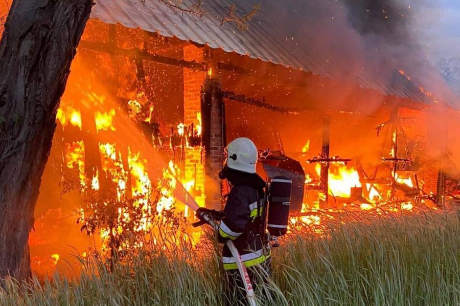 Pożar w gospodarstwie gasiło 10 zastępów strażaków, Foto: PSP Ostrzeszów