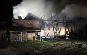 Stodoła wraz z wieloma maszynami spłonęła doszczętnie, Foto: PSP Ostrzeszów