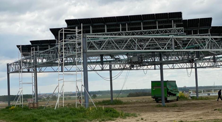Przenośna farma fotowoltaiczna na wysokiej konstrukcji?