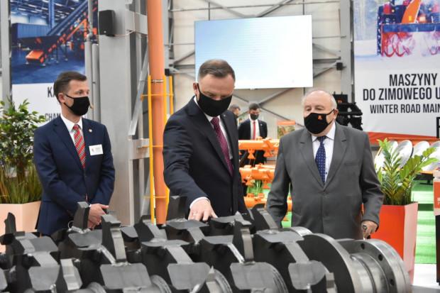 Prezydent nie tylko z zaciekawieniem przyglądał się maszynom, ale także dopytywał o szczegóły działania, czy przeznaczenie fot. mat. prasowe
