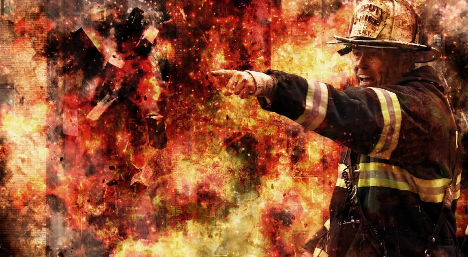 23 zastępy straży walczą z ogniem w hali firmy BROS