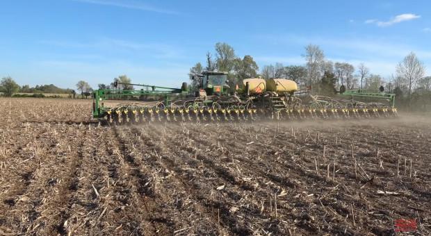 Widok tak szerokiej maszyny rolniczej zdecydowanie robi wrażenie fot. bigtractorpower/YouTube