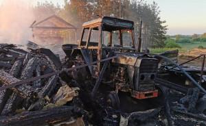 W zabudowaniach spłonął m.in. ciągnik rolniczy, fot. OSP Raduń