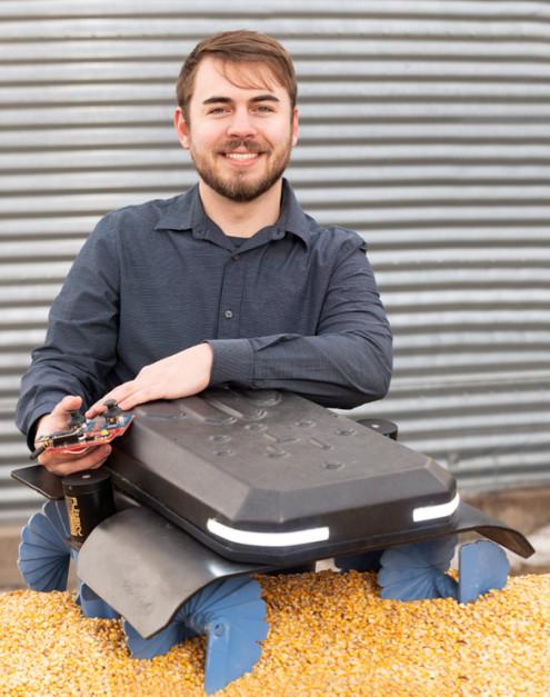 Współtwórca robota Ben Johnson wraz z urządzeniem, które stworzył Zdjęcie: Grain Weevil