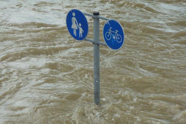 Opolskie: Liczne podtopienia i zalania dróg w regionie