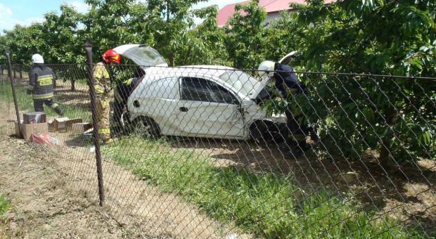 Samochód uderzył w drzewo, ciągnik zajechał mu drogę