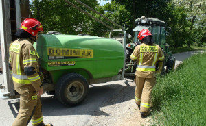 Kierowca auta chciał uniknąć zderzenia z ciągnikiem z doczepionym opryskiwaczem, Foto: KP PSP Sandomierz