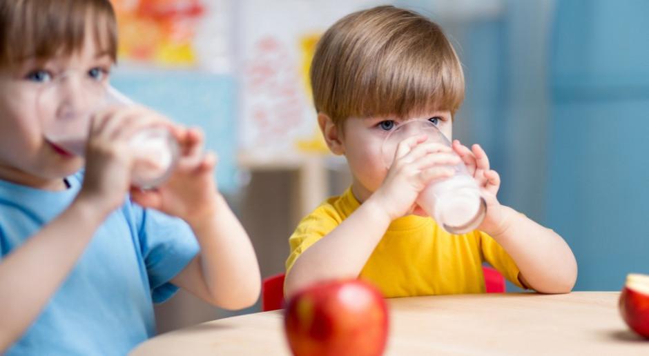 """Zamieszanie wokół """"Programu dla szkół"""". Rząd obniżył stawki dla dostawców?"""