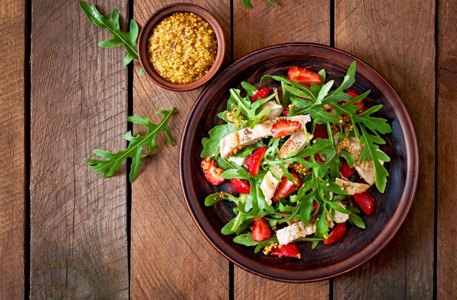 Sałatka z kurczakiem i rukolą, fot. Shutterstock