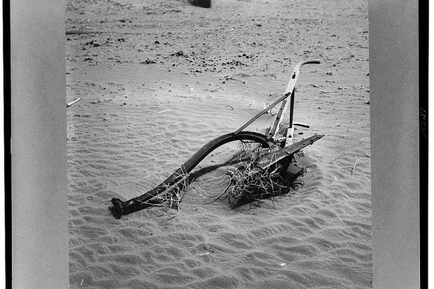 Symboliczne zdjęcie porzuconego pługa. Zbyt intensywna uprawa roli przyczyniła się do katastrofy Dust Bowl. Oklahoma, 1936. Fot. A. Rothstein/Library of Congress