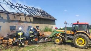 Drewniany dach spłonął doszczętnie, Foto: PSP Olesno