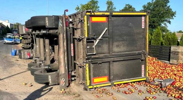 Wywróciła się ciężarówka z jabłkami