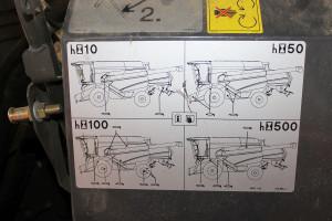 Nalepka na kombajnie informująca omiędzyokresach smarowania poszczególnych elementów maszyny