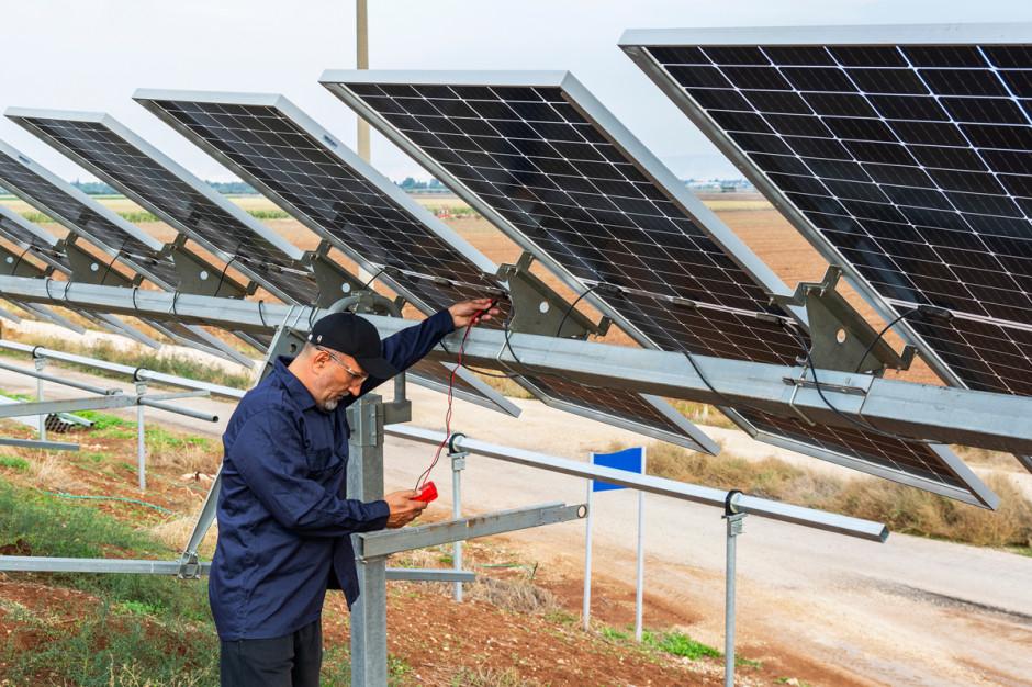Rolnicy decydujący się na dzierżawę działki pod fotowoltaikę, nie muszą martwić się ododatkowe koszty związane zubezpieczaniem oraz stratami wprodukcji prądu iserwisowaniem instalacji