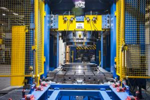 Ponad 70proc. maszyn ilinii technologicznych do produkcji felg zostało zaprojektowanych iwykonanych przez inżynierów ipracowników Pronaru. Największa prasa manacisk5000t!, fot. Pronar