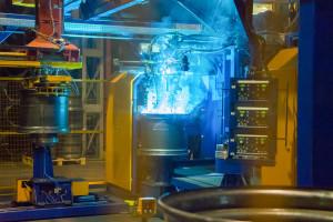 Proces spawania jest niemal całkowicie zautomatyzowany. Pracują przy tym najnowocześniejsze roboty spawalnicze, fot. Pronar