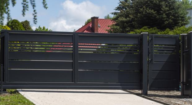 Jakie ogrodzenie osłoni twój dom przed wzrokiem wścibskiego sąsiada?