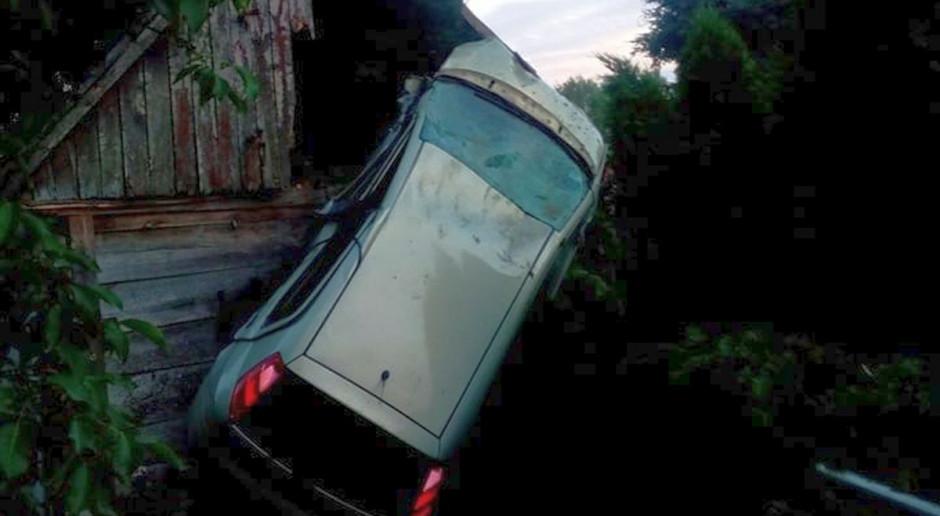 Auto zawisło na budynku gospodarczym