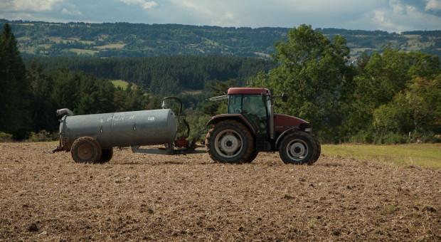 25 ton gnojowicy rozłało się na drodze