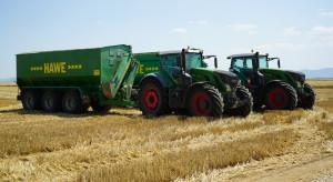 Dziennikarze oceniają maszyny w rumuńskim gospodarstwie