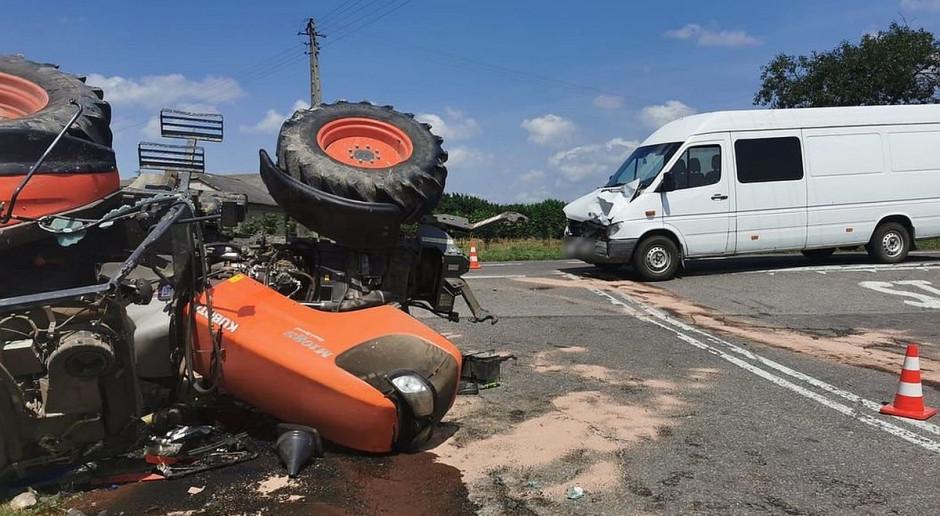 Zderzenie mercedesa z ciągnikiem rolniczym