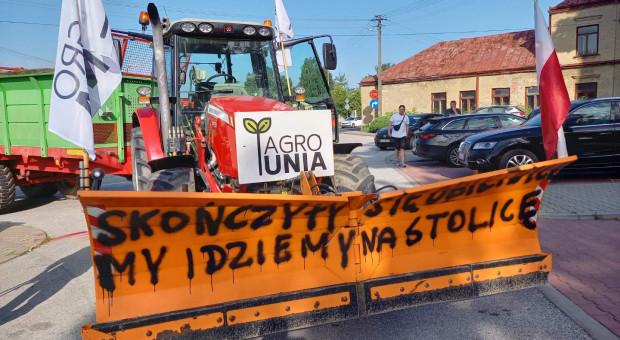 """Rolnicy z AGROunii blokują dk 12: """"Rolnictwo w Polsce upada"""". """"To jest wojna o polską wieś"""""""