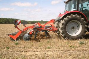 Częstym wyposażeniem grubera jest montowany z tyłu wał ugniatający glebę