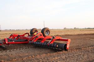 Wały uprawowe są często łączone wzestawy osiągające znaczne szerokości robocze. Expom Tytan ma 8,3m