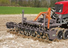 Do uprawy przedsiewnej wymagane jest: dobre wyrównanie ikruszenie przy dobrym zagęszczaniu na różnorodnych glebach. Ciężkie koła wału pomagają wtym procesie