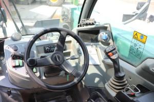 Elementy sterowania wewnątrz kabiny zostały rozmieszczone wsposób ergonomiczny, akluczowe funkcje obsługiwane są za pomocą dżojstika