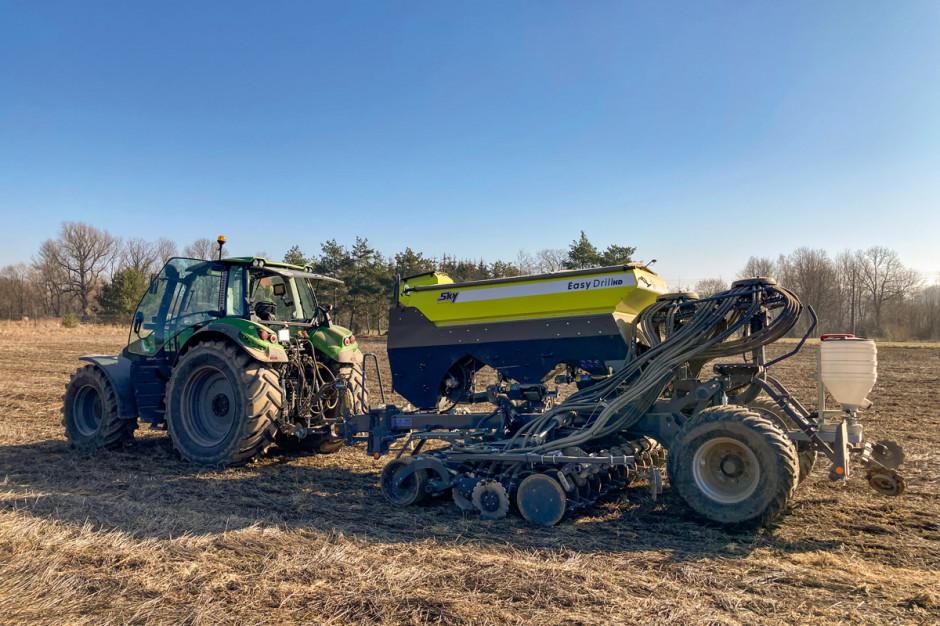 Jak podkreśla Bartosz Łasica, siewnik Sky Easy Drill doskonale sprawdza się podczas siewu bezpośredniego na polach z dużą ilością resztek pożniwnych oraz podczas siewu w żywe rośliny poplonowe
