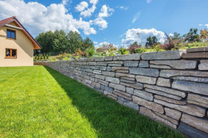 Kostki i płyty betonowe nie są jedynymi prefabrykatami, które można wykorzystać przy projektowaniu aranżacji  ogrodu. Jest ich znacznie więcej. Foto. Materiały Prasowe