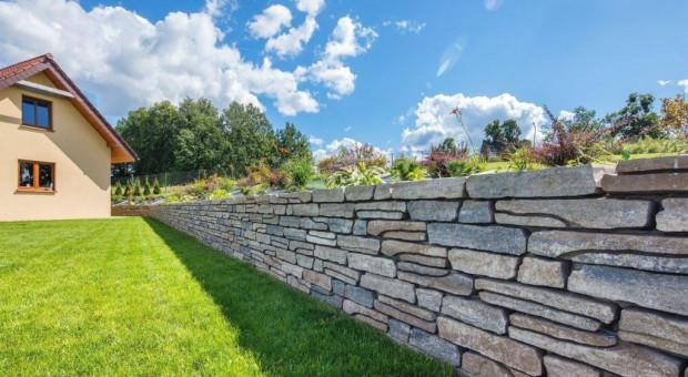 Prefabrykaty betonowe sprawdzą się też w domowym ogrodzie