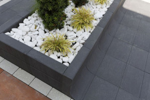 Donica Tigela wyróżnia prosta, kubistyczna forma oraz minimalistyczny, ale jednocześnie elegancki wygląd.  Foto. Materiały Prasowe