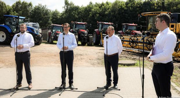 Premier w gospodarstwie - rolnik chowa maszyny