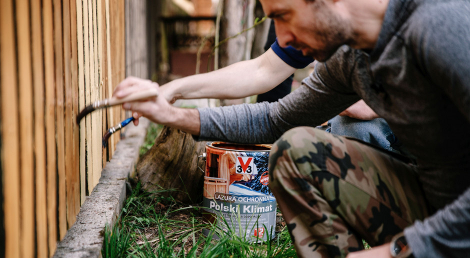 Jak odnowić zszarzałe, drewniane ogrodzenie?