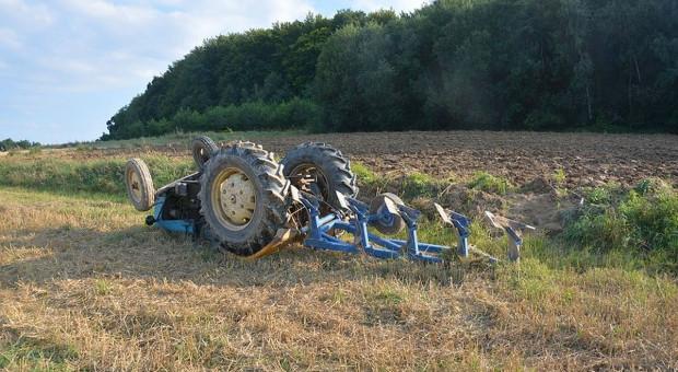 Traktor kołami do góry - ucierpiał rolnik