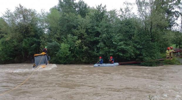 Rwąca rzeka porwała traktor z kierowcą