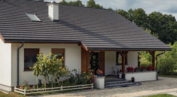Dlaczego warto wybrać dachówki płaskie na pokrycie dachu domu?