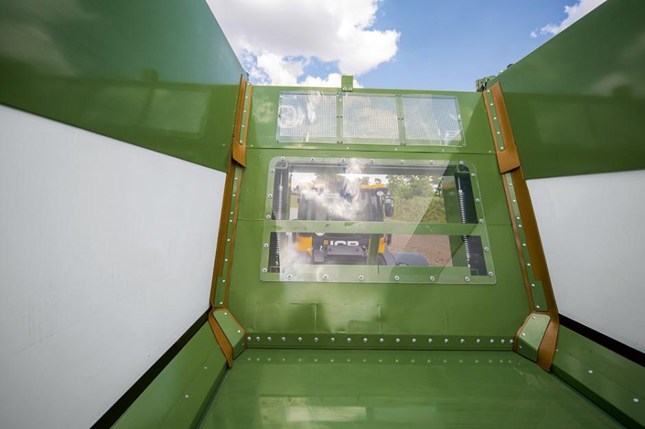 Okno z grubego na 10 mm szkła akrylowego w ścianie roboczej przyczep GX fot. Krone