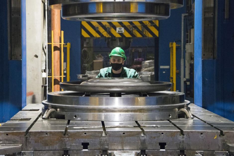 Najnowsze inwestycje w dwie ogromne prasy hydrauliczne umożliwiają firmie produkowanie jeszcze większych felg, stosowanych m.in. w kopalniach, czy na placach budowy fot. mat. prasowe
