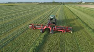 Zgrabiarki taśmowe Kuhn Merge Maxx 760 i 1090 to najwyższa wydajność przy zbiorze zielonki wolnej od zanieczyszczeń, fot. mat. prasowe