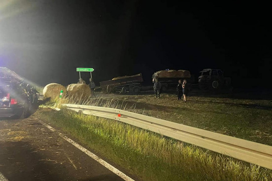 Samochód wjechał w jedną z dwóch przyczep za traktorem, Foto: OSP Łobżenica