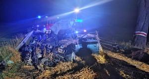 Wskutek zderzenia Audi zostało kompletnie rozbite, Foto: PSP Piła